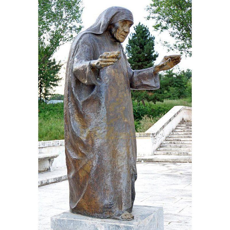 Life Size Outdoor Modern Garden Decoration Hand Casting Bronze Mother Teresa Sculpture