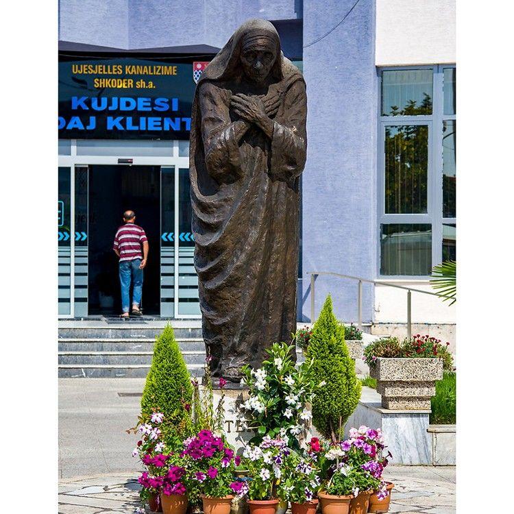 Bronze sculpture of Teresa praying in the outdoor