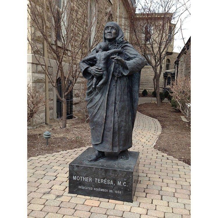 Outdoor famous bronze Teresa mother sculpture with child